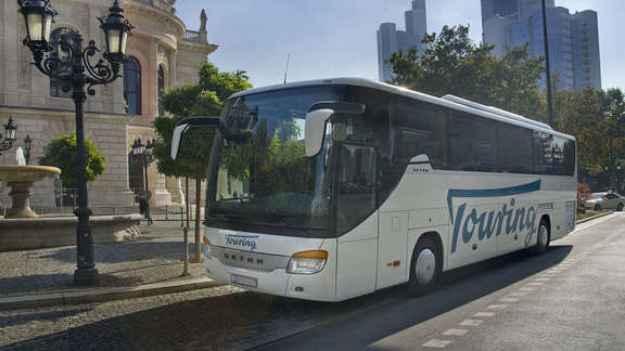 Coach in front of the Alte Oper in Frankfurt